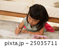 塗り絵で遊ぶ女の子 25035711