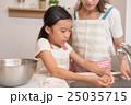 料理をする親子 25035715