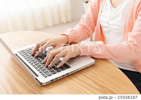 自宅でパソコン 25036197