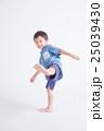青い服の子供 25039430
