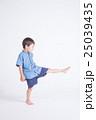 青い服の子供 25039435