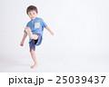青い服の子供 25039437