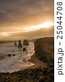 夕日に照らされるオーストラリア・グレートオーシャンロードの十二使徒 25044708
