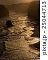 夕日に照らされるオーストラリア・グレートオーシャンロードの十二使徒 25044713