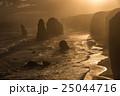 夕日に照らされるオーストラリア・グレートオーシャンロードの十二使徒 25044716