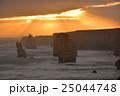 夕日に照らされるオーストラリア・グレートオーシャンロードの十二使徒 25044748