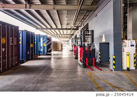 物流倉庫の搬入口とコンテナの写真素材 [25045414] - PIXTA