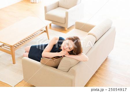 部屋でリラックスする女性の写真素材 [25054917] - PIXTA