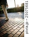 男性 散歩 歩くの写真 25075681