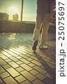 夕方 男性 散歩の写真 25075697