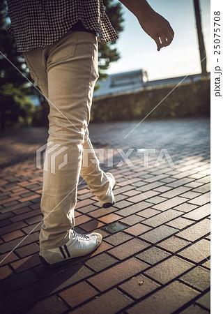 散歩する男性 25075708
