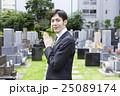 お墓参りをする男性 25089174
