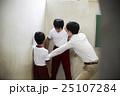 生徒 階段 喧嘩の写真 25107284