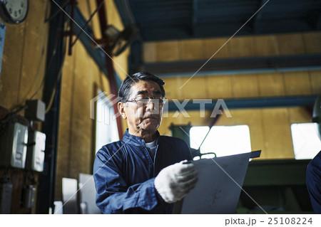町工場での作業風景 25108224