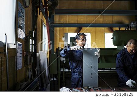 町工場での作業風景 25108229