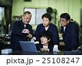 PCを確認する作業員 25108247