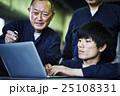 PCを確認する作業員 25108331