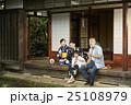 家族 日本家屋 縁側の写真 25108979