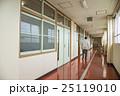 学校の廊下 教室の扉 中年の男性の後ろ姿 25119010