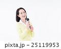 シニアの女性(カラオケ) 25119953