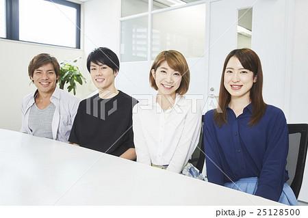 オフィスで働くインターン生 25128500
