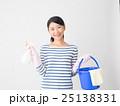 洗剤とバケツを持つ女性 25138331