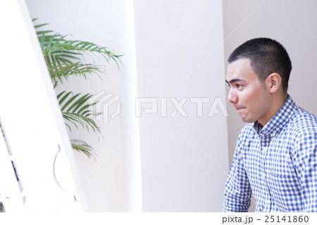 鏡を見る坊主の男性 25141860
