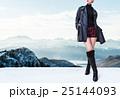冬のファッションイメージ。黒いレザーコート、ショートパンツとブーツ。真冬のアルプス。 25144093
