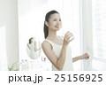 笑顔で水を飲む女性 25156925