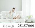 ソファに座って微笑む20代女性 25157009