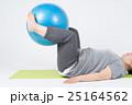 バランスボールでトレーニングをする太った女性 25164562