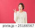 白セーターの女性(赤背景) 25166567