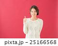 白セーターの女性(赤背景) 25166568