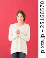 白セーターの女性(赤背景) 25166570