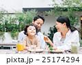 家族 レストラン 笑顔の写真 25174294