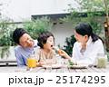 家族 レストラン 笑顔の写真 25174295