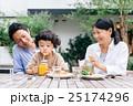 家族 レストラン 笑顔の写真 25174296