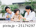 家族 レストラン 笑顔の写真 25174297