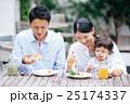 家族 レストラン 笑顔の写真 25174337