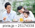 家族 レストラン 笑顔の写真 25174338