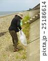 海岸清掃のボランティア 25186614