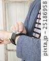 スマートウォッチを操作する男性 25186958