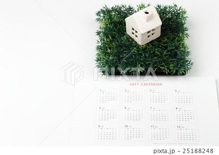 カレンダーとミニチアの家 新築予定日イメージの写真素材 [25188248] - PIXTA