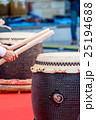 和太鼓を撥でたたくダイナミックなショット 25194688