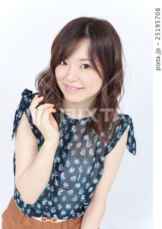 若い女性 ファッション・ヘアスタイル 25195708