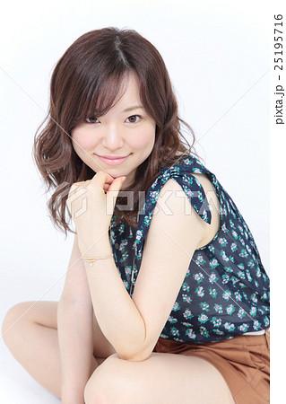 若い女性 ファッション・ヘアスタイル 25195716