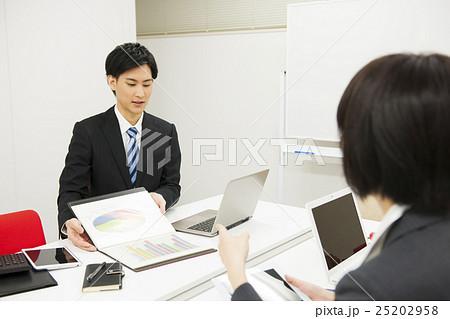 会議 プレゼンテーション ミーティング 打ち合わせ コンサルタント ビジネスイメージ 25202958