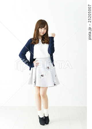 ガッツポーズをする20代の若い女性 ヘアモデル 25205007