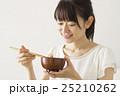 豆腐のみそ汁を飲む女性 25210262