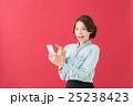 女性 スマートフォン 操作の写真 25238423